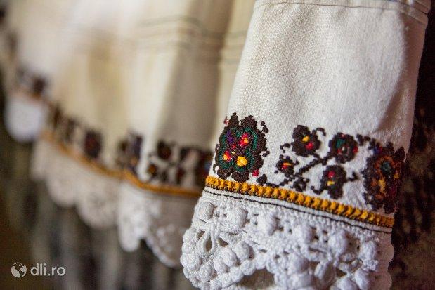 ornament-vestimentar-muzeul-satului-osenesc-din-negresti-oas-judetul-satu-mare.jpg