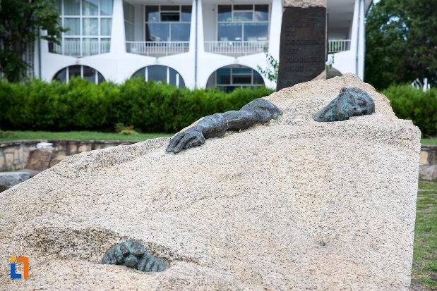 ostas-cazut-monumentul-eroilor-din-mangalia-judetul-constanta.jpg