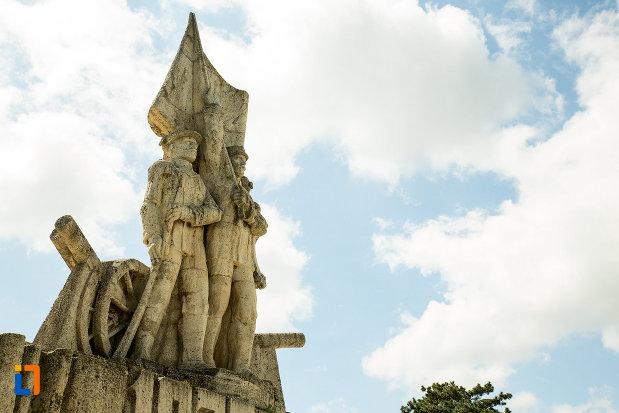 ostasi-cu-drapel-monumentul-comemorativ-al-razboiului-de-independenta-din-calafat-judetul-dolj.jpg