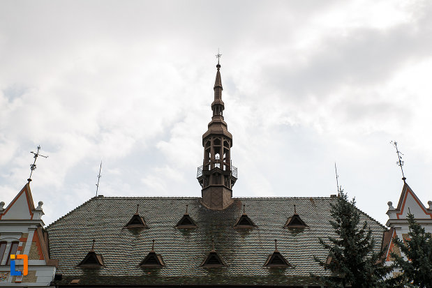 palatul-administrativ-azi-prefectura-si-consiliul-judetean-hunedoara-1890-din-deva-judetul-hunedoara-poza-cu-acoperisul.jpg