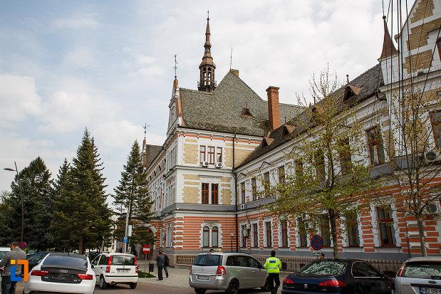 palatul-administrativ-azi-prefectura-si-consiliul-judetean-hunedoara-1890-din-deva-judetul-hunedoara-vazut-din-lateral.jpg