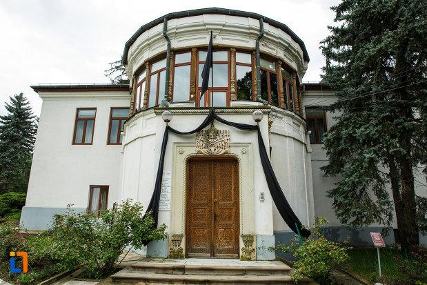 palatul-arhiepiscopal-arhiepiscopia-ramnicului-din-ramnicu-valcea-judetul-valcea.jpg