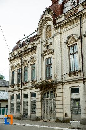 palatul-cosma-constantinescu-casa-de-cultura-si-muzeul-de-arheologie-si-etnografie-judetul-olt-una-dintre-aripi.jpg
