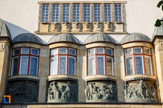 palatul-culturii-filarmonica-biblioteca-si-muzeul-de-arta-din-targu-mures-judetul-mures-un-sire-de-ferestre-arcuite.jpg