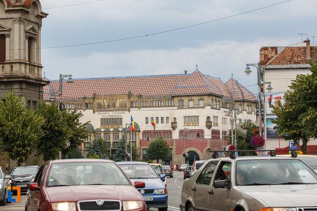 palatul-culturii-filarmonica-biblioteca-si-muzeul-de-arta-din-targu-mures-judetul-mures-vazut-de-la-distanta.jpg