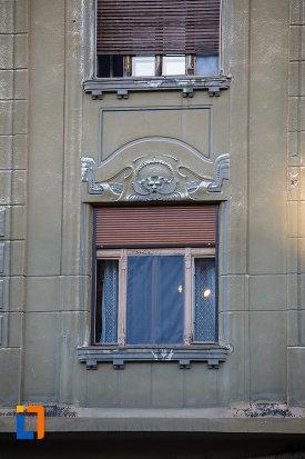 palatul-dauerbach-din-timisoara-judetul-timis-fereastra-cu-motive-decorative.jpg