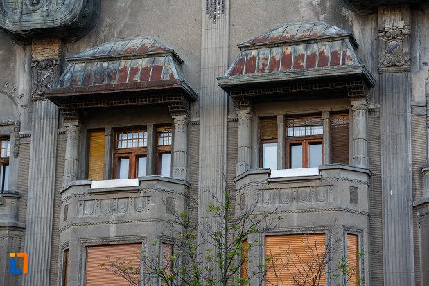 palatul-dauerbach-din-timisoara-judetul-timis-ferestre-cu-balcon.jpg