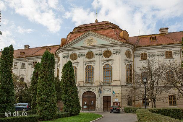 palatul-episcopal-romano-catolic-azi-muzeul-tarii-crisurilor-din-oradea-judetul-bihor.jpg