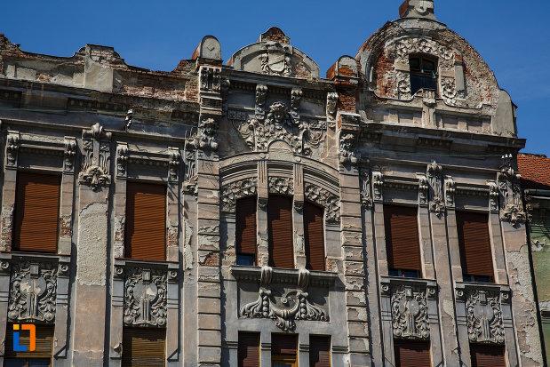 palatul-mercur-din-timisoara-judetul-timis-imagine-cu-ferestre-si-motive-decorative.jpg