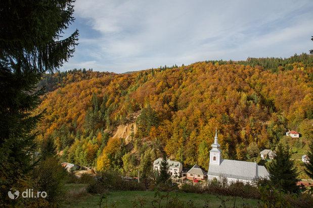 panorama-cu-biserica-catolica-sfanta-maria-din-cavnic-judetul-maramures.jpg