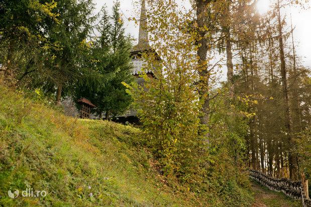panorama-cu-biserica-de-lemn-nasterea-maicii-domnului-din-calinesti-judetul-maramures.jpg