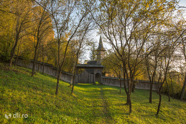 panorama-cu-biserica-de-lemn-sf-arhangheli-din-manastirea-judetul-maramures.jpg