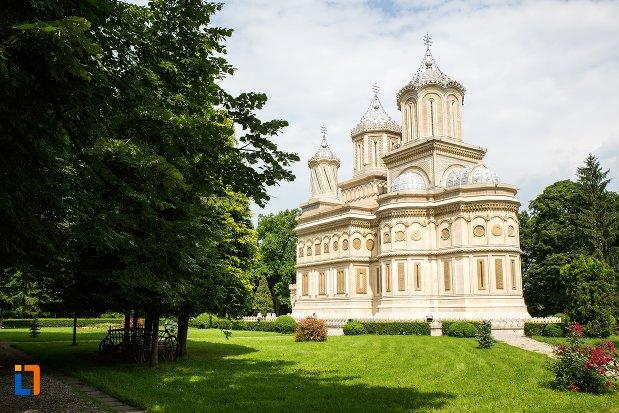 panorama-cu-biserica-episcopala-manastirea-curtea-de-arges-judetul-arges.jpg