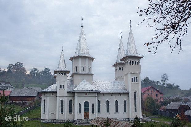 panorama-cu-biserica-sf-gheorghe-din-poienile-izei-judetul-maramures.jpg