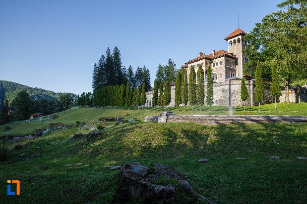 panorama-cu-castelul-cantacuzino-din-busteni-judetul-prahova.jpg