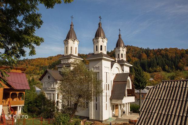 panorama-cu-turnuri-de-la-biserica-ortodoxa-nasterea-maicii-domnului-din-cavnic-judetul-maramures.jpg