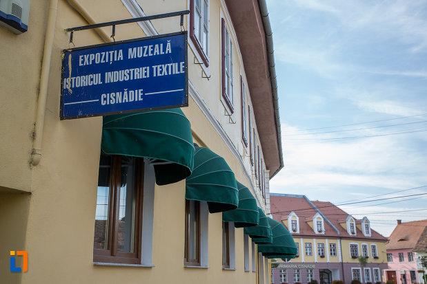 panou-cu-expozitia-muzeala-istoricul-industriei-textile-din-cisnadie-judetul-sibiu.jpg