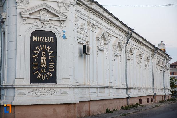 panoul-cu-muzeul-national-al-petrolului-din-ploiesti-judetul-prahova.jpg