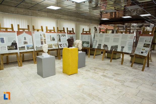 panouri-informative-si-exponate-de-la-muzeul-regiunii-portilor-de-fier-din-drobeta-turnu-severin-judetul-mehedinti.jpg