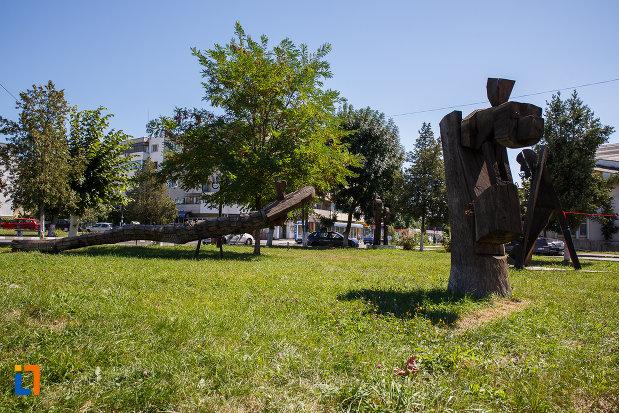 parc-central-cu-exponate-orasul-plopeni-judetul-prahova.jpg