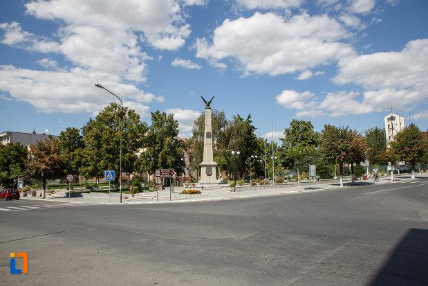 parc-central-cu-monumentul-eroilor-din-macin-judetul-tulcea.jpg