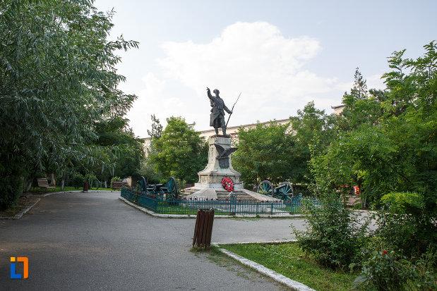 parc-central-cu-monumentul-eroilor-din-turnu-magurele-judetul-teleorman.jpg