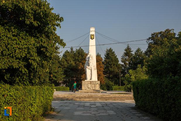 parc-central-cu-statuia-lui-bogdan-voda-din-radauti-judetul-suceava.jpg