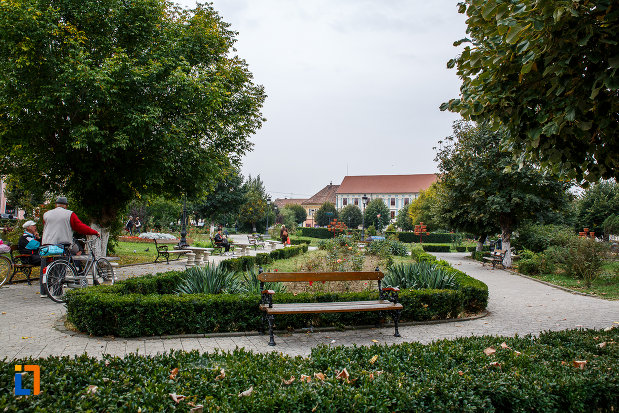parc-cu-banci-din-ansamblul-urban-piata-regele-ferdinand-i-din-medias-judetul-sibiu.jpg
