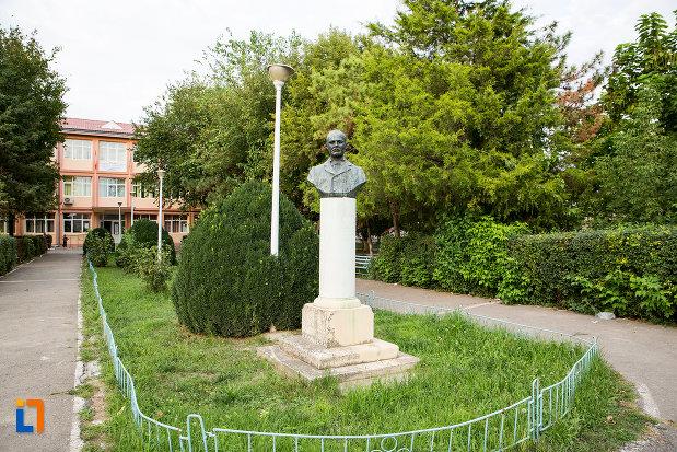 parc-cu-bustul-lui-ioan-cotovu-din-harsova-judetul-constanta.jpg