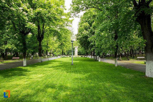 parc-cu-monument-din-orasul-caracal-judetul-olt.jpg
