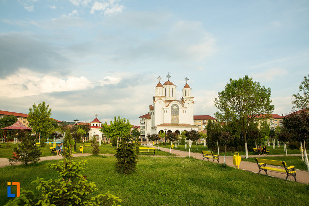 parc-si-biserica-din-orasul-motru-judetul-gorj.jpg