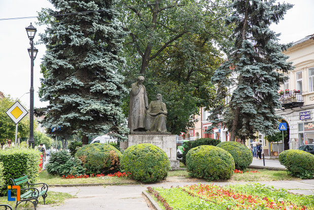 parc-si-statuia-lui-bolyai-farkas-si-bolyai-janos-din-targu-mures-judetul-mures.jpg