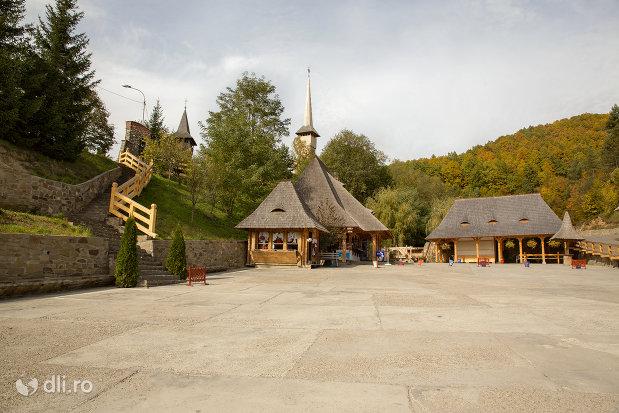 parcarea-de-la-manastirea-barsana-judetul-maramures.jpg