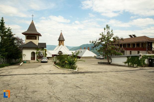 parcarea-de-la-manastirea-sf-ana-din-orsova-judetul-mehedinti.jpg