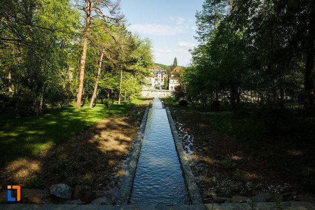 parcul-central-balnear-din-baile-govora-judetul-valcea-bazin-cu-apa.jpg