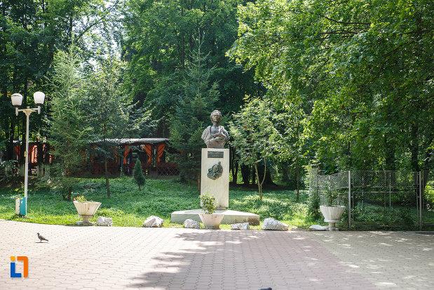 parcul-central-cu-bustul-lui-mihai-eminescu-grupul-statuar-din-vatra-dornei-judetul-suceava.jpg