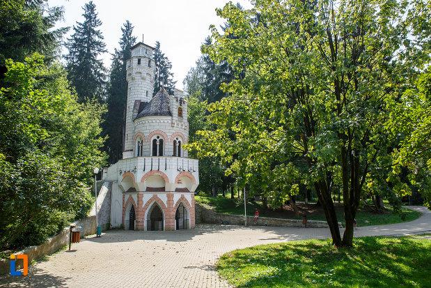 parcul-central-cu-cladirea-izvorul-sentinela-1896-din-vatra-dornei-judetul-suceava.jpg