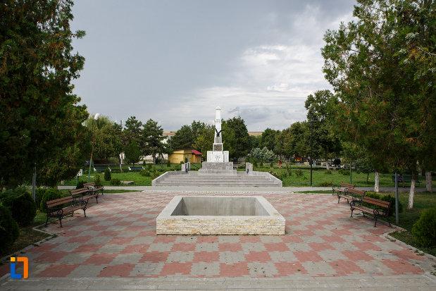parcul-central-cu-monumentul-eroilor-din-babadag-judetul-tulcea.jpg