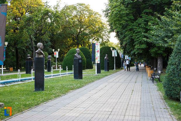 parcul-central-din-timisoara-judetul-timis-aleea-cu-statui.jpg