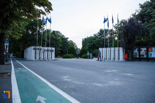 parcul-central-din-timisoara-judetul-timis-pista-de-bicliclisti-si-steaguri.jpg