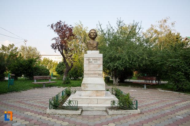 parcul-central-si-bustul-lui-mihai-eminescu-din-rosiorii-de-vede-judetul-teleorman.jpg