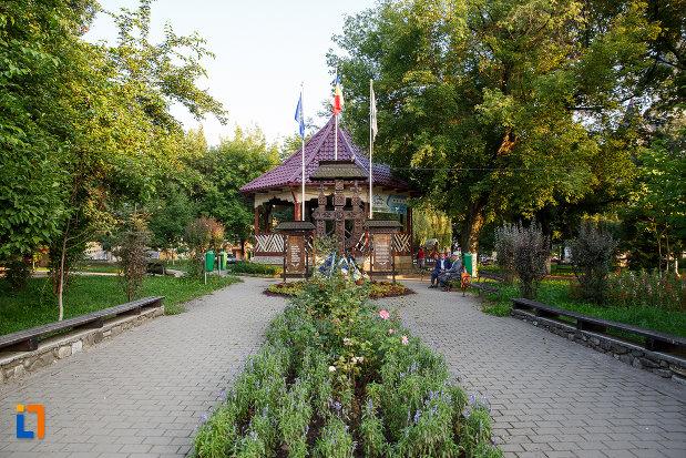 parcul-central-si-monumentul-eroilor-din-gura-humorului-judetul-suceava.jpg