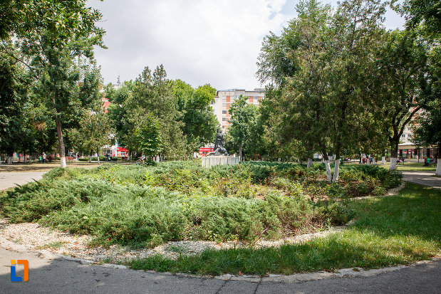 parcul-central-si-statuia-rascoala-din-alexandria-judetul-teleorman.jpg