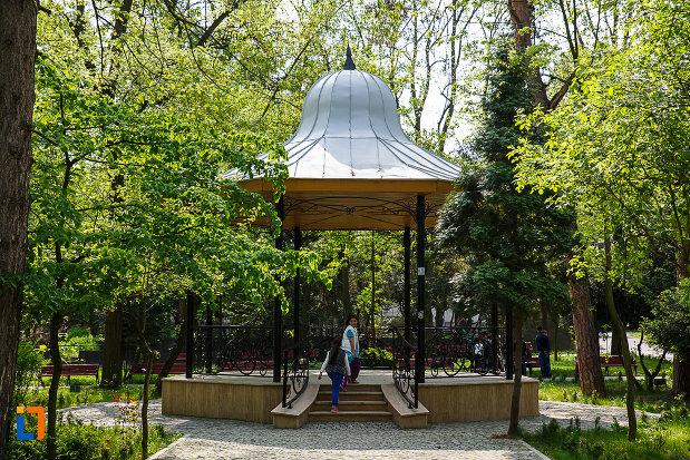 parcul-cetate-din-deva-judetul-hunedoara-foisor-in-forma-de-clopot.jpg
