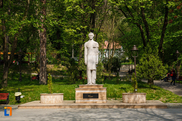 parcul-cetate-si-statuia-lui-mihai-eminescu-din-deva-judetul-hunedoara.jpg