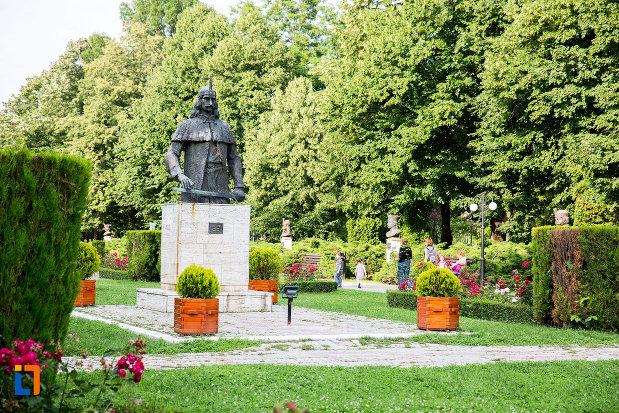 parcul-chindia-si-statuia-lui-vlad-tepes-din-targoviste-judetul-dambovita.jpg