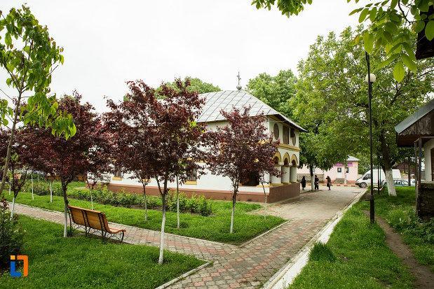parcul-cu-biserica-sf-gheorghe-din-dabuleni-judetul-dolj.jpg