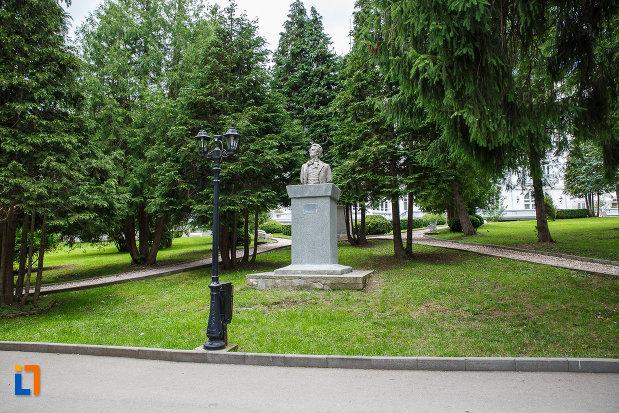 parcul-cu-bustul-lui-mihai-eminescu-din-sinaia-judetul-prahova.jpg