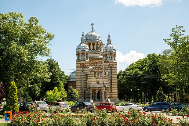 parcul-cu-catedrala-ortodoxa-sf-gheorghe-din-tecuci-judetul-galati.jpg