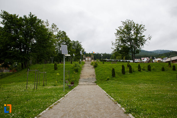 parcul-cu-monumentul-eroilor-din-azuga-judetul-prahova.jpg